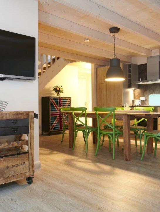 Blankenfohrt-Strandhaus-9-Strandwohnung-Superior-Obergeschoss-Kueche-und-Essbereich