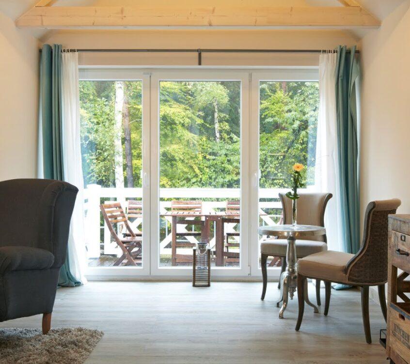 Blankenfohrt-Strandhaus-9-Strandwohnung-Superior-Obergeschoss-Wohnbereich-mit-Balkon