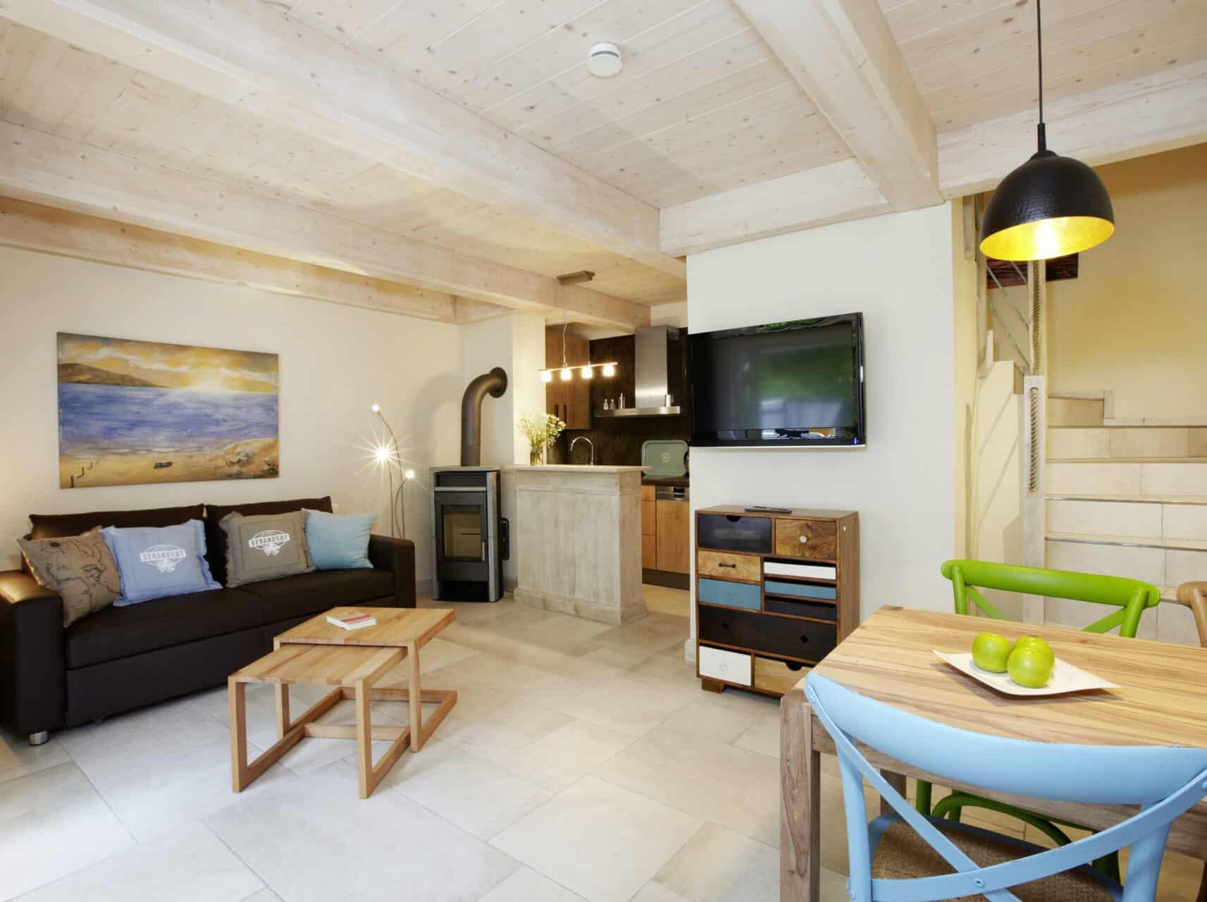 Blankenfohrt-Strandwohnung-Maisonette-Wohnbereich-Kaminofen