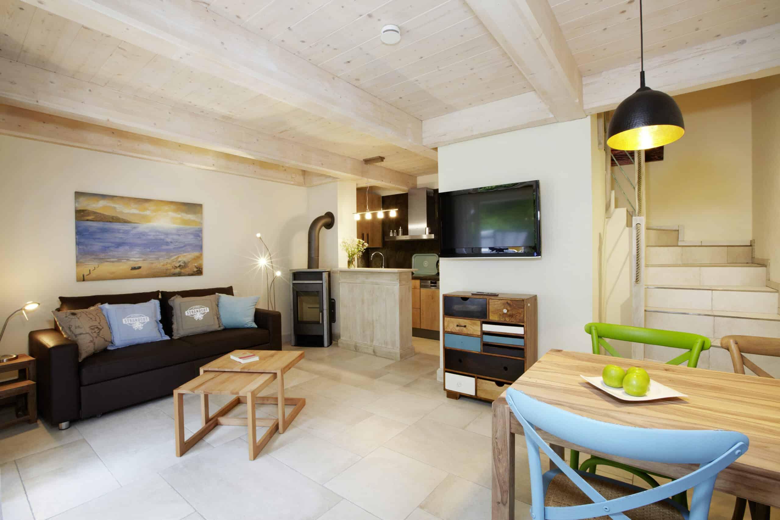 Blankenfohrt Strandwohnung Maisonette Wohnbereich Kaminofen scaled