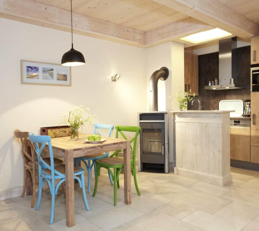 Blankenfohrt-Strandwohnung-Standard-Erdgeschoss-Essbereich-und-Kaminofen