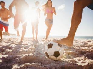 strandsport-in-blankenfohrt-fussball-im-sand